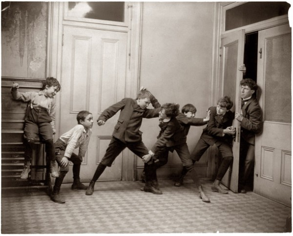 Niños en el recibidor (1902)